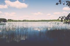 Weiße Wolken auf dem blauen Himmel über blauem See - Retro- Weinlese effe Lizenzfreies Stockfoto
