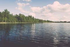 Weiße Wolken auf dem blauen Himmel über blauem See - Retro- Weinlese effe Lizenzfreies Stockbild