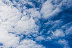 Weiße Wolken auf dem blauen Himmel Stockfotografie