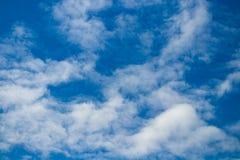 Weiße Wolken auf dem blauen Himmel Abbildung kann als Hintergrund benutzt werden Lizenzfreie Stockfotografie