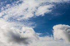 Weiße Wolken auf dem blauen Himmel am sonnigen Tag Lizenzfreies Stockfoto