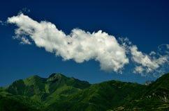 Weiße Wolken auf den Bergen lizenzfreie stockfotos