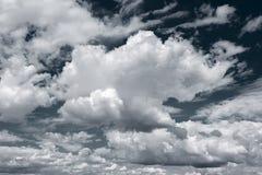 Weiße Wolken auf dunkelblauem Himmelhintergrund Stockbild