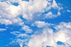 Weiße Wolken auf einem blauen Himmel Empfindliche flaumige weiße Wolken im Sonnenlicht gegen einen blauen Himmel Nahtloser Sommer Lizenzfreie Stockfotos