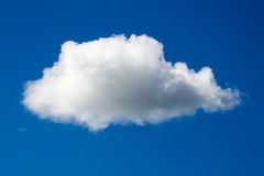 Weiße Wolken auf Hintergrund des blauen Himmels Stockfoto