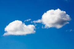 Weiße Wolken auf Hintergrund des blauen Himmels Stockfotos
