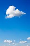 Weiße Wolken auf Hintergrund des blauen Himmels Lizenzfreies Stockfoto