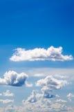 Weiße Wolken auf Hintergrund des blauen Himmels Stockbilder