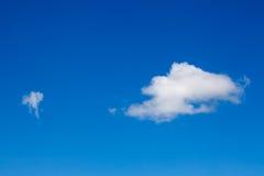 Weiße Wolken auf Hintergrund des blauen Himmels Stockfotografie