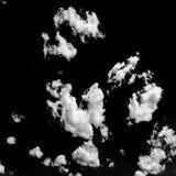 weiße Wolken auf schwarzem Himmel Satz Wolken über schwarzem Hintergrund Vier Schneeflocken auf weißem Hintergrund Weiß lokalisie Stockfotos