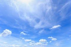 Weiße Wolken am blauen Himmel am klaren Himmeltag lizenzfreie stockfotografie