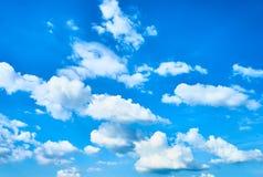 Weiße Wolken + blauer Himmel Lizenzfreie Stockbilder