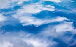 Weiße Wolken in den blauen Himmeln Stockfoto