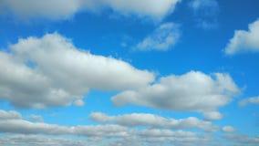 weiße Wolken der 4k Zeitspanne, die über blauen Himmel laufen stock footage