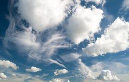 Weiße Wolken der verschiedenen Form auf blauem Himmel Stockbilder