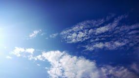 Weiße Wolken des Morgens im blauen Himmel Stockfoto