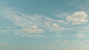 Weiße Wolken, die über blauen Himmel laufen stock video