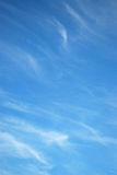 Weiße Wolken in einem blauen Himmel Lizenzfreies Stockbild
