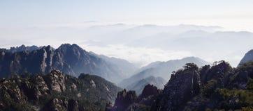 Weiße Wolken flatterten zwischen den Hügeln lizenzfreie stockbilder