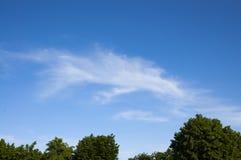 Weiße Wolken gegen den blauen Himmel Lizenzfreie Stockfotografie