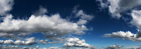 Weiße Wolken gegen den blauen Himmel Stockbild