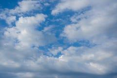 Weiße Wolken gegen den blauen Himmel, blauer Himmel mit Wolkenhintergrund Stockfotos