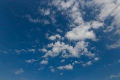 Weiße Wolken gegen einen blauen Himmel horizont Lizenzfreie Stockfotografie