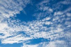 Weiße Wolken im blauen Himmel Stockfotos