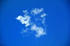 Weiße Wolken im blauen Himmel stockfotografie