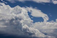 Weiße Wolken im blauen Himmel Lizenzfreies Stockfoto