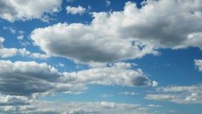 Weiße Wolken im blauen Himmel Cloudscape-Bewegungsfreiheit Energie bewölkt timelapse stock video footage
