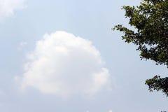 Weiße Wolken im hellen Himmel stockfoto