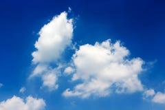Weiße Wolken im hellen Himmel stockbilder