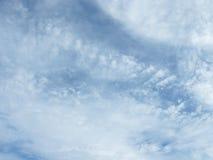 Weiße Wolken im Himmel Lizenzfreie Stockfotos