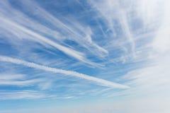Weiße Wolken im Himmel Lizenzfreies Stockfoto