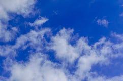 Weiße Wolken im tiefen blauen Himmel Lizenzfreie Stockfotografie