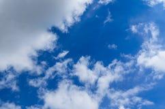 Weiße Wolken im tiefen blauen Himmel Stockfotografie