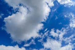 Weiße Wolken im tiefen blauen Himmel Stockfotos