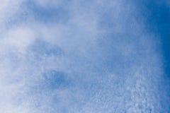 Weiße Wolken mit blauem Himmel Stockbilder