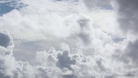 Weiße Wolken und blauer Himmel stock video