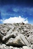 Weiße Wolken und Felsen Stockfotografie