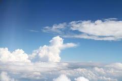 Weiße Wolken und Himmel Lizenzfreies Stockfoto