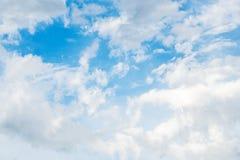 Weiße Wolken und Himmel Stockfotografie