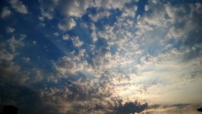 Weiße Wolken und scheinender Sun im Himmel Stockfoto