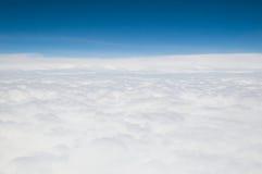 Weiße Wolken von oben Stockfotografie
