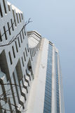 Weiße Wolkenkratzerwohnung und blauer Himmel Stockfotos