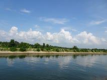 Weiße Wolkenreflexion des blauen Himmels auf landwirtschaftlichem Kanalwasser Lizenzfreie Stockbilder