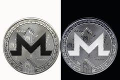 Weiße XMR-Münze auf einem schwarzen Hintergrund und eine schwarze Münze auf einem weißen Hintergrund Lizenzfreies Stockbild
