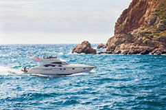 Weiße Yacht stockbild