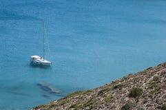 Weiße Yacht auf dem Meer Stockbilder